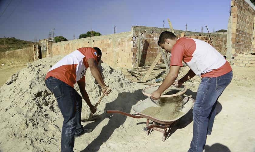 Uma equipe de 20 jovens cristãos resolveu construir um novo lar para Silvana. (Foto: André Azevedo).