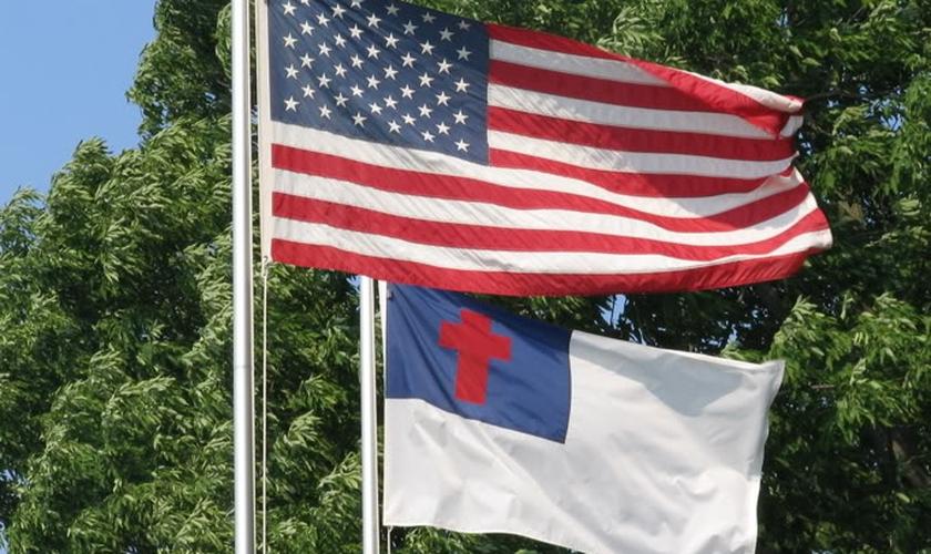 A bandeira trazia uma cruz estampada. (Foto: MYSPACE / JAMES STONE)