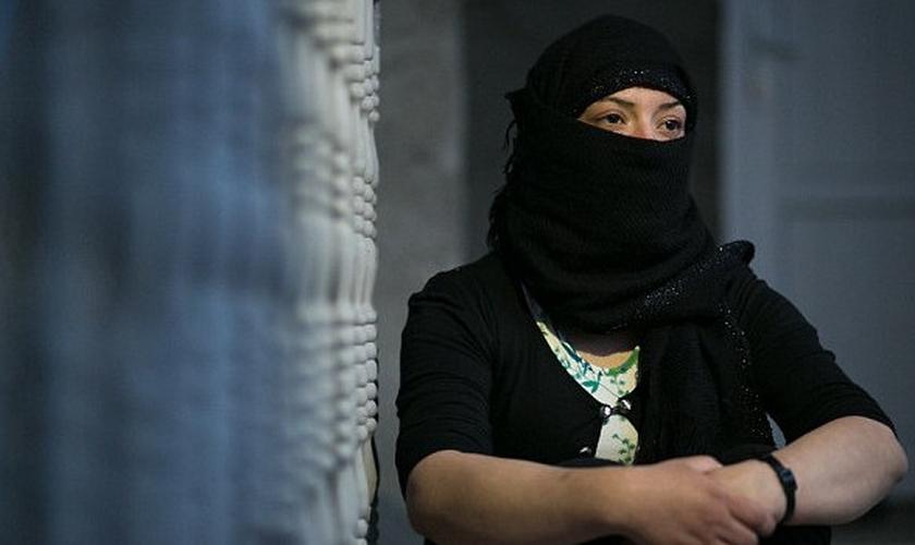 Mulher que foi escrava sexual do Estado Islâmico compartilha relatos sobre os estupros e torturas e mantém o rosto coberto, para não ser reconhecida. (Foto: