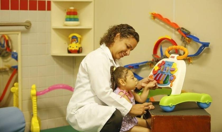 Criança com microcefalia na Associação Fluminense de Reabilitação, no Rio. (Foto: Guilherme Leporace/Agência O Globo)