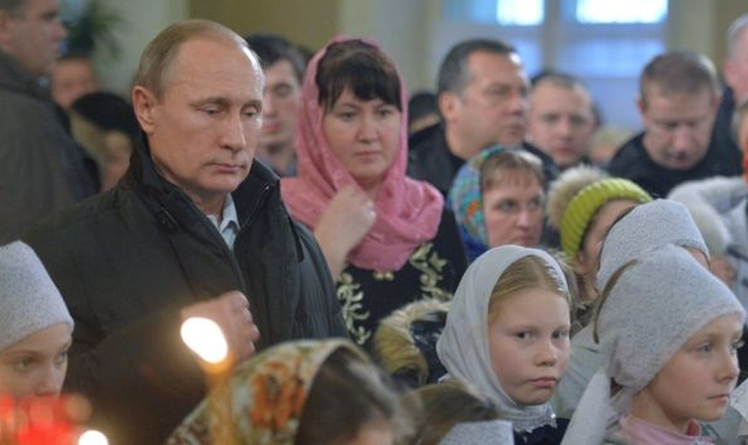 Vladimir Putin assiste a missa em igreja ortodoxa russa. (Foto: BBC)