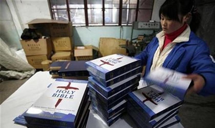 O ministério pretende continuar a imprimir bíblias e prosseguir com a distribuição até que cada pessoa na China tem uma em sua mão. (Foto: Reprodução).