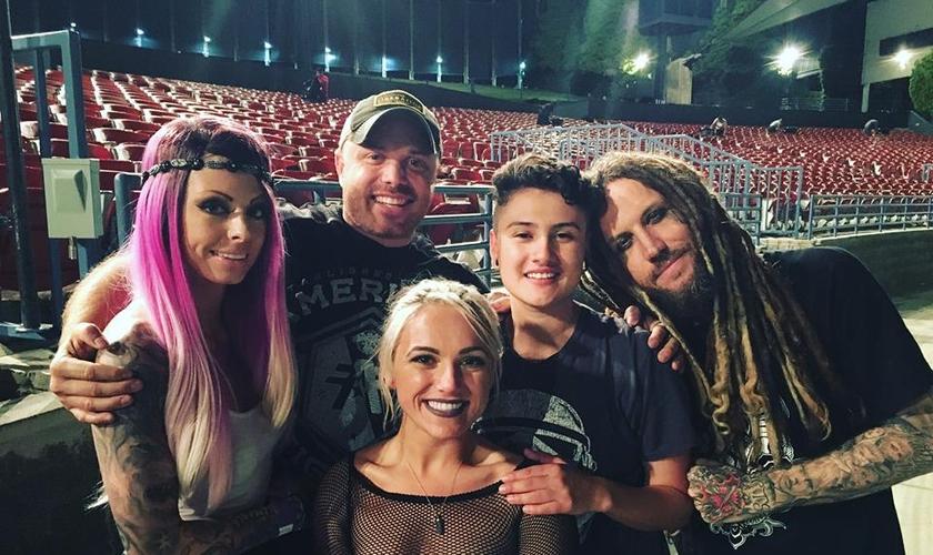 O guitarrista cristão da banda Korn, Brian Head, publicou uma foto ao lado de pessoas transgêneras. (Foto: Reprodução/Facebook)