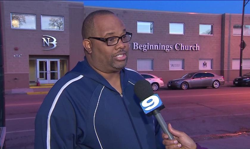 Corey Brooks é pastor da Igreja New Beginnings, em Chicago, EUA. (Foto: wgntv)