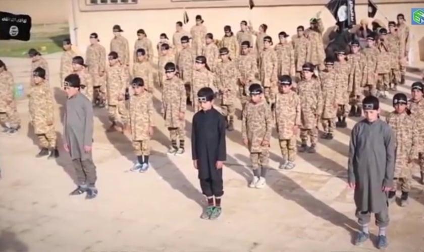 Crianças são enfileiradas durante treinamento do Estado Islâmico, registrado em vídeo pelo próprio grupo terrorista. (Imagem: ELLIENEWS VIDEO)