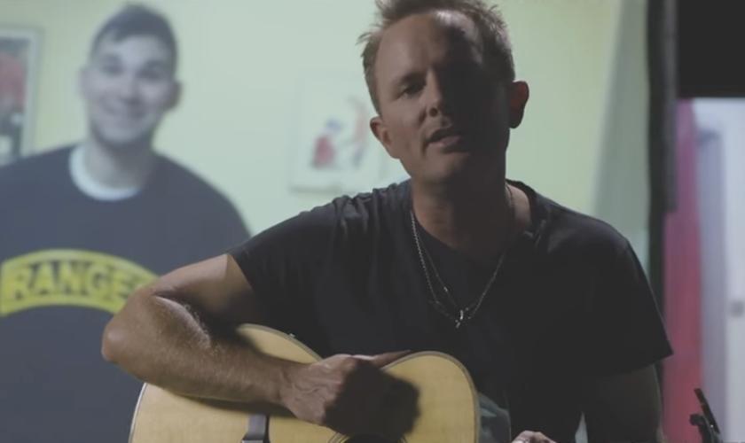 O clipe tem  imagens que intercalam Chris cantando e tocando violão e os vídeos caseiros das histórias enviadas. (Foto: Reprodução).