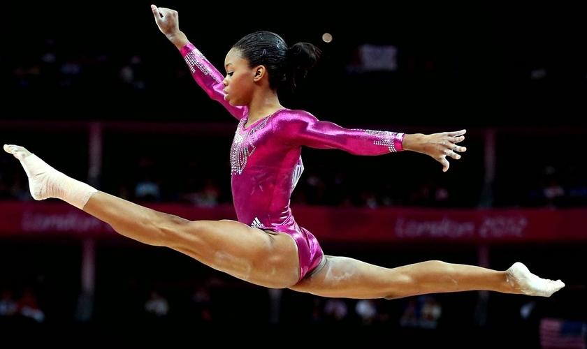 Gabby Douglas tornou-se a primeira mulher negra da história olímpica a vencer a competição. (Foto: Reprodução)