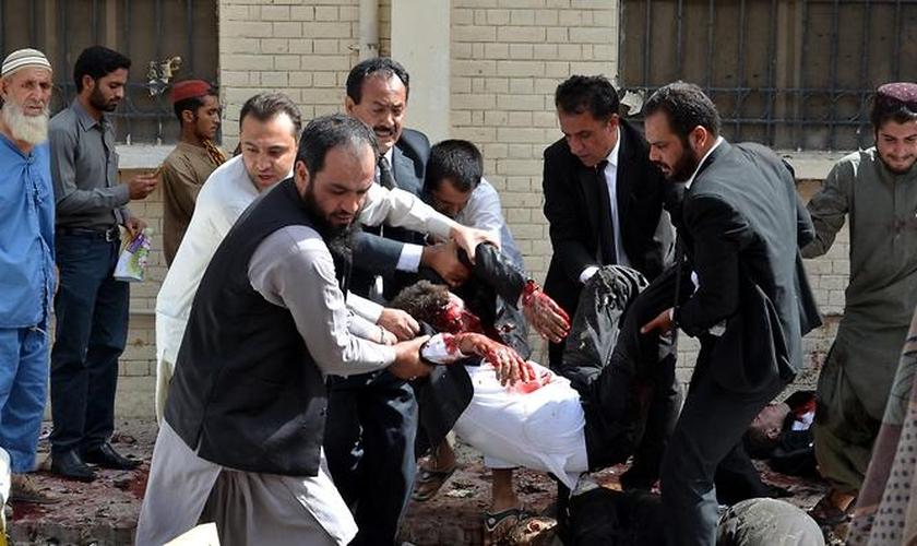 Dois grupos islâmicos (Estado Islâmico e Jamaat-ul-Ahrah, uma facção do Taliban paquistanês) reivindicaram a responsabilidade pela explosão.  (Foto: SBS)