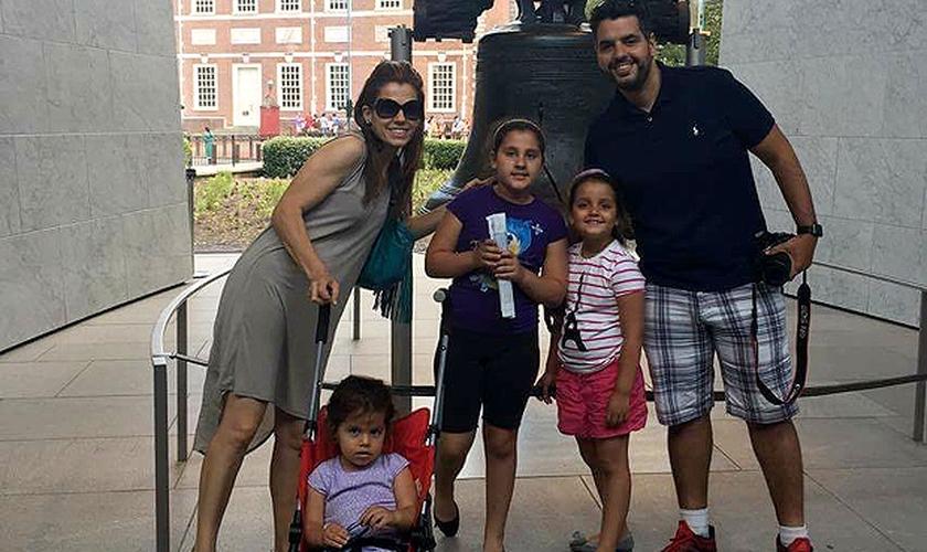 O pastor Bruno Garcia com a mulher e as filhas Gabrielle, 2, Giulia, 8, Caroline, 6. (Foto: Arquivo Pessoal)