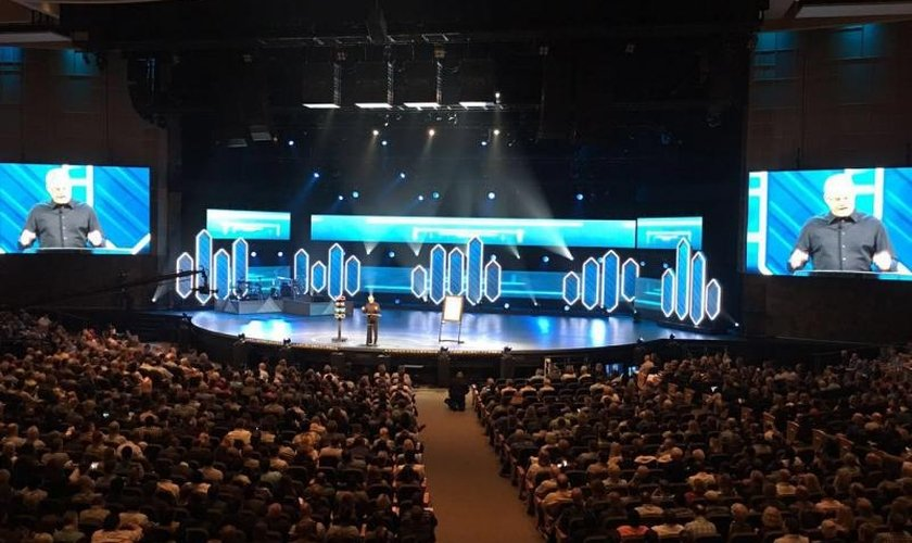 Bill Hybels fala na abertura oficial do 'Global Leadership Summit', em Chicago, EUA. (Foto: Divulgação / Global Leadership Summit)