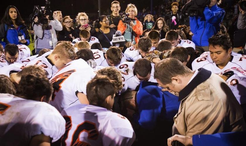 O distrito escolar de Bremerton alertou que parassem com as orações promovidas pelo treinador. (Foto: Associated Press).