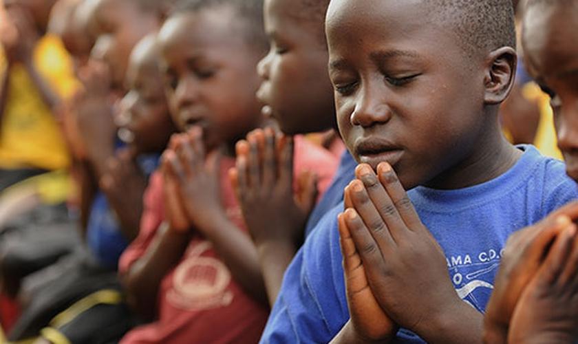 Crianças de Uganda orando. (Foto: Compassion)