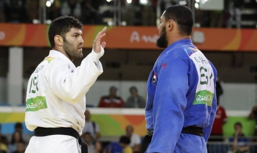 Or Sasson (esquerda) insiste em cumprimentar o oponente Islam El Shehaby. (Foto: Globo.com)