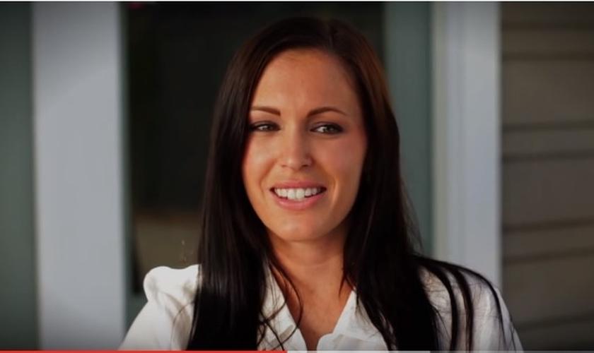 Britni Ruiz foi atriz pornô por cerca de sete anos e hoje testemunha a transformação que Deus tem operado em sua vida. (Imagem: Youtube)