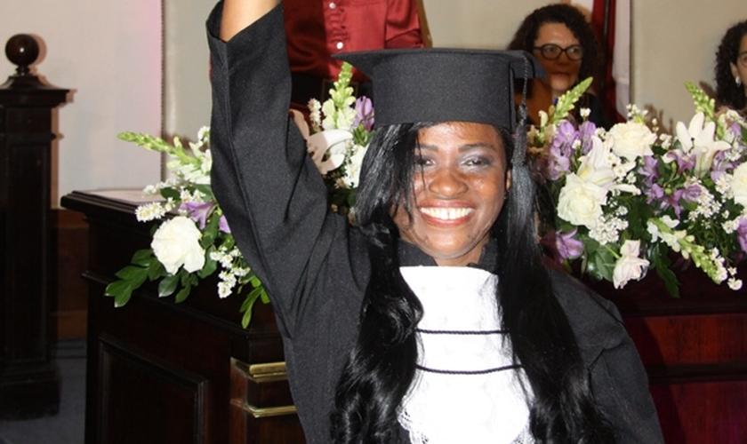 Na hora de receber o diploma, Lisa não conteve o choro e se emocionou. (Foto: Almiro Lopes/CORREIO).