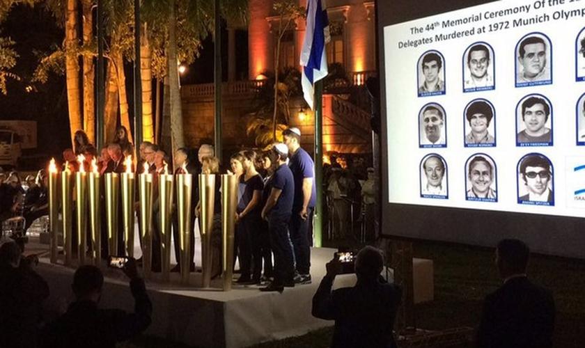 Cerimônia em homenagem aos atletas mortos foi nos jardins do Palácio da Cidade. (Foto: Fernanda Rouvenat/G1)