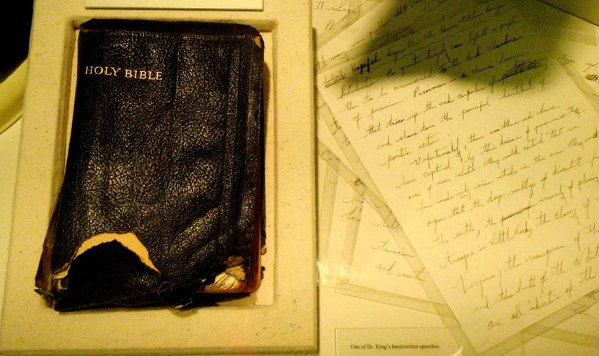 Bíblia histórica de Martin Luther King Jr. e anotações do pastor e ativista, logo ao lado. (Foto: asodohizykoz)