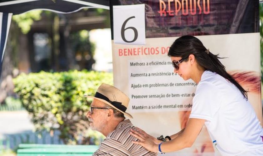 Um dos atendidos foi o advogado Nelson Schleder que recebeu atendimento na Praça Paulo de Frontin. (Foto: Anne Seixas).