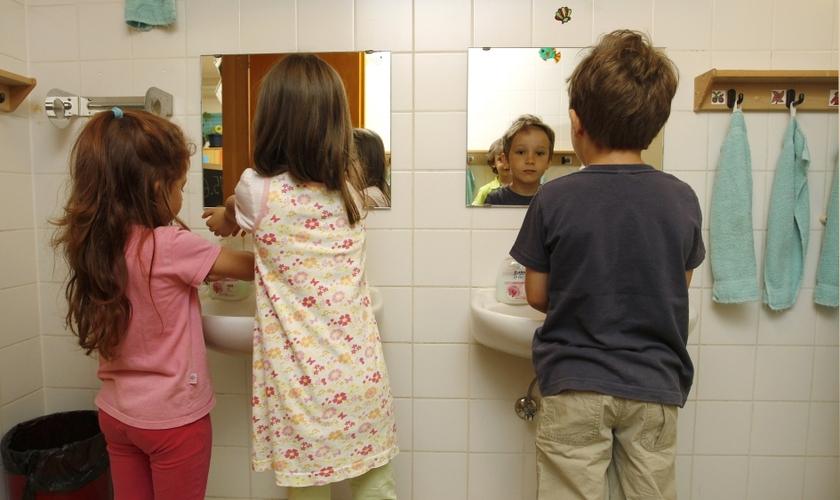 Menino e meninas lavam as mãos em mesmo banheiro, juntos em escola dos EUA. (Foto: Reuters)