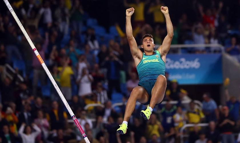 Thiago Braz comemora vitória na prova do salto com vara em pleno ar. (Foto: Reuters/Kai Pfaffenbach)