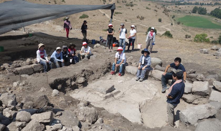 Arqueólogos japoneses buscam artefatos em ruínas de sinagoga, em Tel Rechesh. (Foto: Delegação Japonesa de Arqueologia)