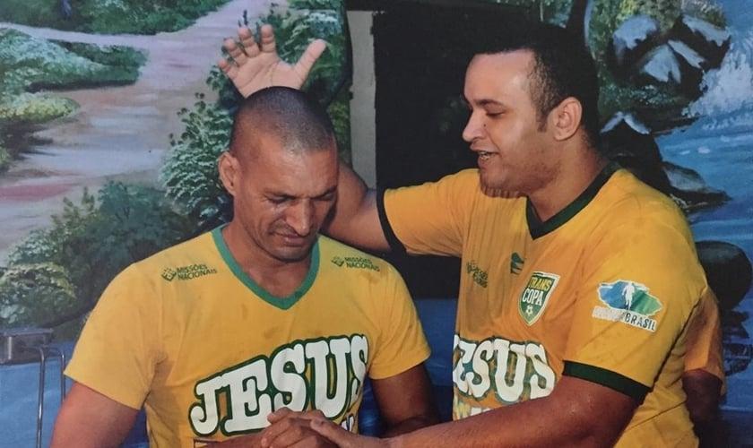 Pastor Wellington Amorim celebra batismo de pessoas que são tratadas na Cristolândia. (Foto: Facebook
