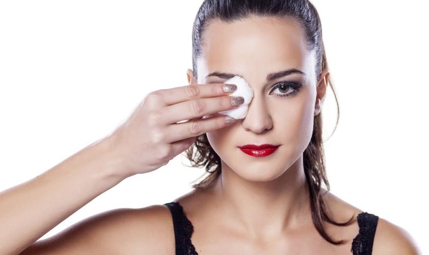 Os olhos são a área mais sensível do rosto. Para tirar a maquiagem, é preciso cuidado. (Foto: Reprodução)