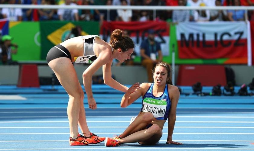 O ato de Abbey D'Agostino, que parou para ajudar a adversária tornou-se um símbolo do espírito esportivo nesses jogos do Rio de Janeiro. (Foto: NBC news)