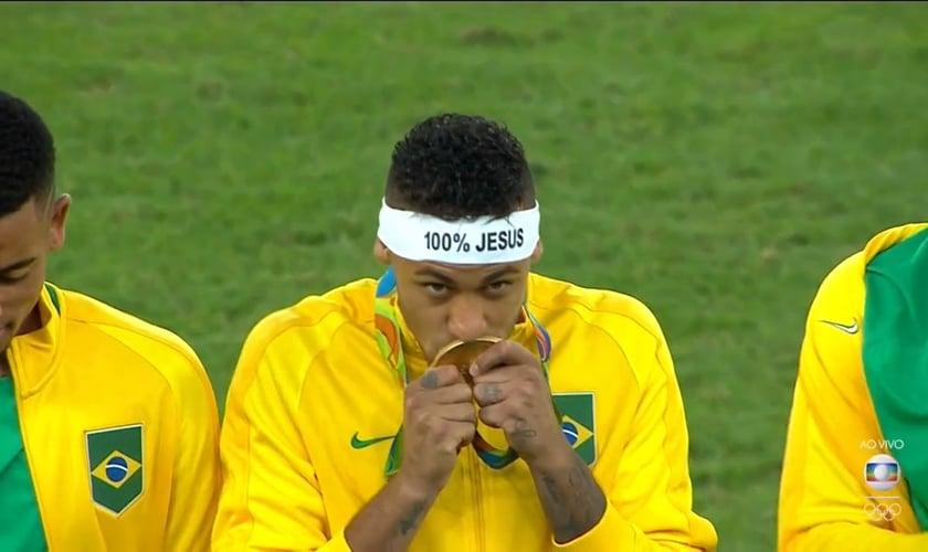 Neymar desafia a Fifa e usa faixa de 100% Jesus. (Imagem: Rede Globo)