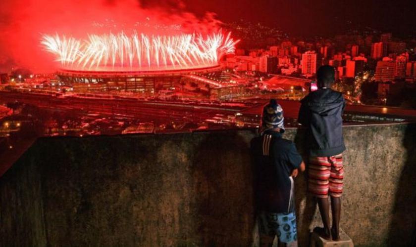 Carlos Bezerra Jr. aponta que a beleza dos Jogos Olímpicos não conseguiram mascarar as desigualdades sociais. (Foto: BBC)
