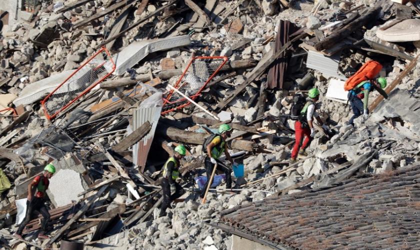Equipe de resgate continua procurando por vítimas em meio aos escombros em Pescara Del Tronto. (Foto: Gregorio Borgia/AP)