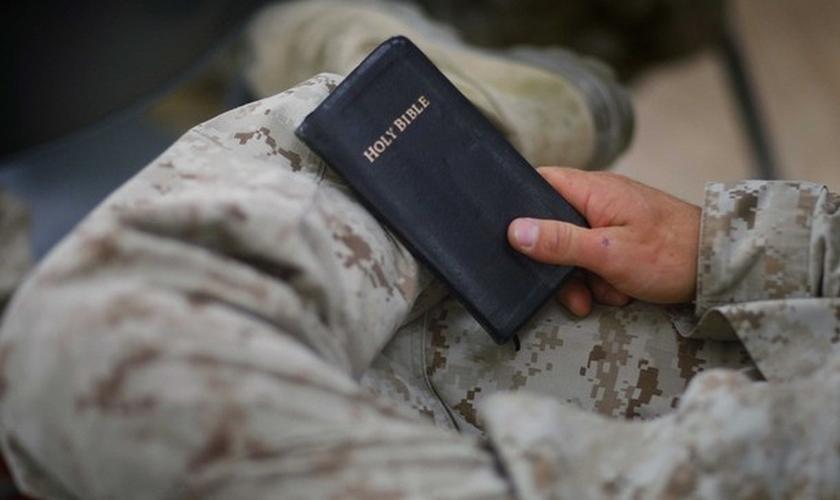 Militar segura bíblia nas mãos. (Foto: teapartyorg)