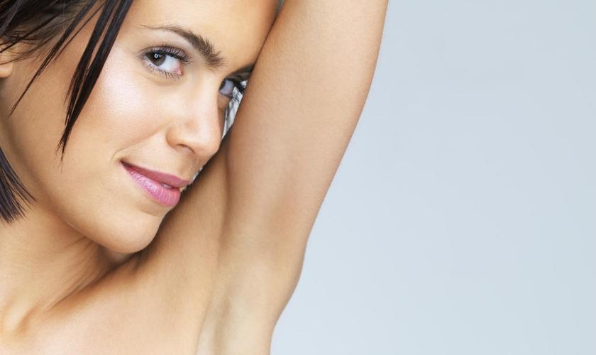 As manchas nas axilas são umas das queixas mais comuns entre as mulheres. (Foto: Reprodução)