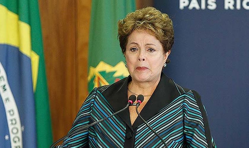 Dilma Rousseff é acusada de crimes de irresponsabilidade e está sendo julgada no Senado. (Foto: UOL)