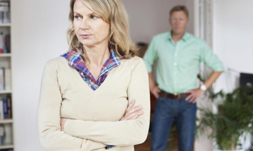 Um estudo conduzido pelo professor assistente Samuel Perry descobriu que assistir a materiais pornográficos duplica a chance de um casal iniciar o processo de divórcio. (Foto: Reprodução).