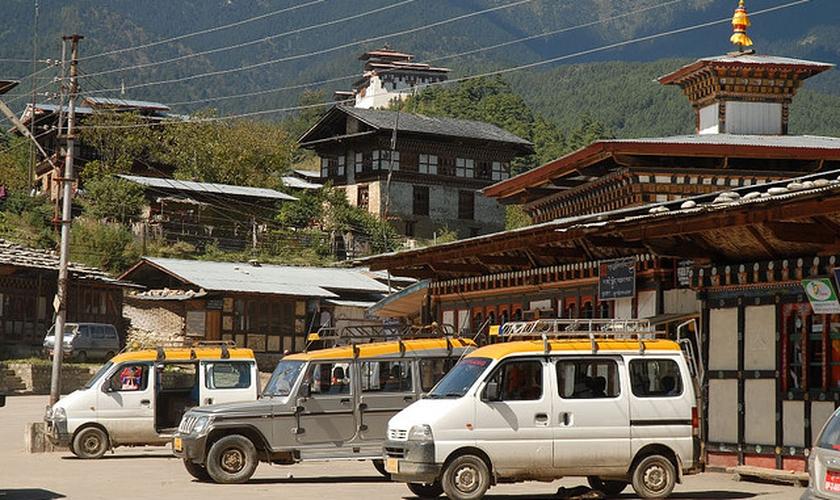 Praça de táxis em Jakar, no Butão. A nação ocupa o 38º lugar na Classificação da Perseguição Religiosa. (Foto: Reprodução)