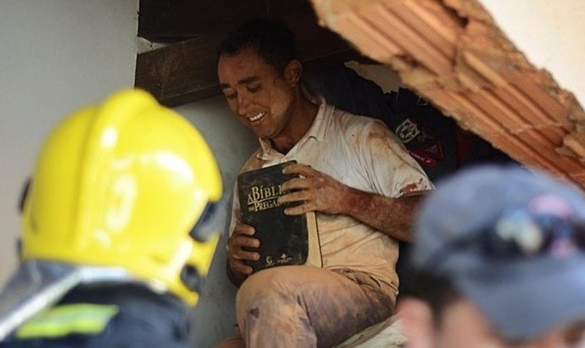 Homem foi resgatado com Bíblia nas mãos e sem ferimentos graves. (Foto: Aislan Henrique / Patos Agora)