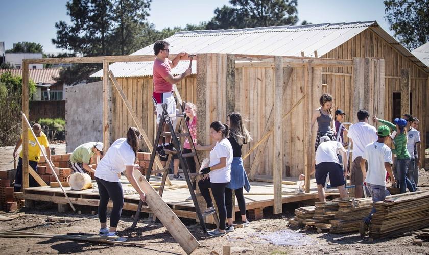 No último sábado (27), os jovens realizaram a parte de fundação e piso. Já no domingo (28), eles levantaram as paredes e finalizaram com a cobertura. (Foto: Lucas Bottarelli).
