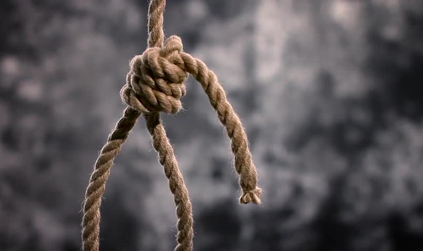 O jovem subiu numa árvore amarrado em uma corda, mas desistiu ao ser evangelizado. (Foto: Shutterstock)