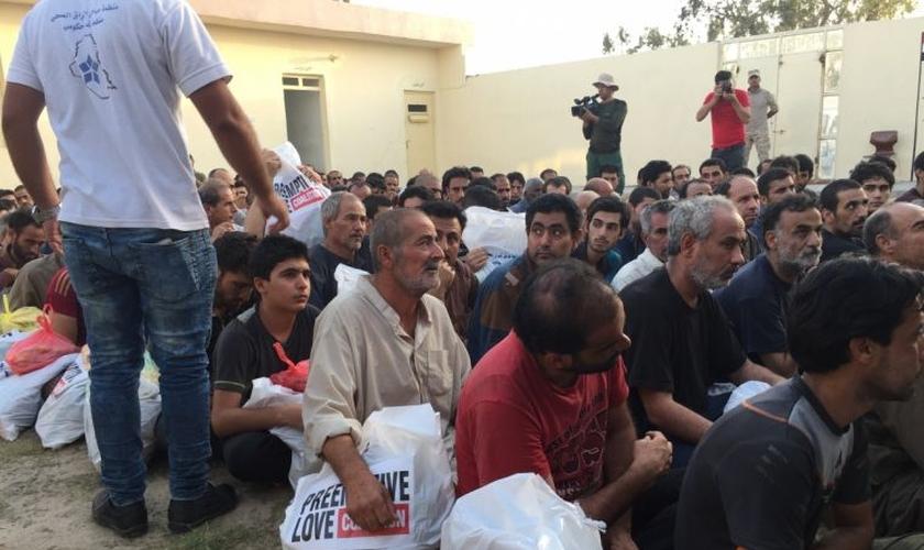 Uma equipe levou comida e água para os militantes do EI capturados. (Foto: Preemptive Love)