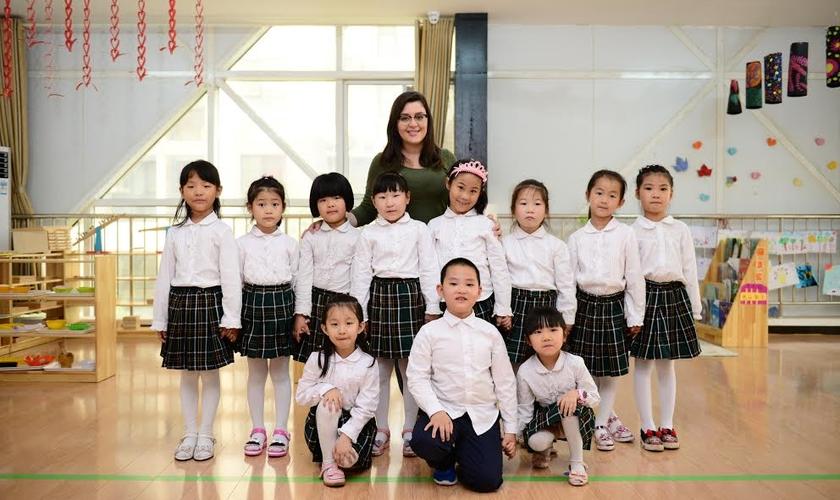 A jovem procura atuar com os grupos de crianças ensinando lições religiosas em inglês. (Foto: ASN).
