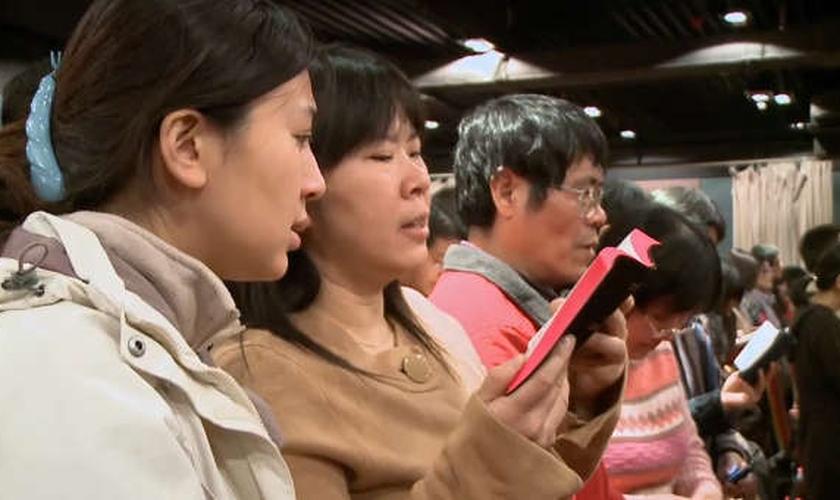 Cristãos participam de culto na China. (Foto: Charisma News)