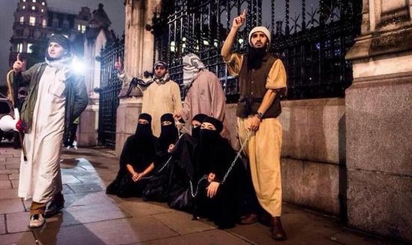 Terroristas do Estado Islâmico expõem escravas sexuais à venda na rua. (Foto: sheikyermami)