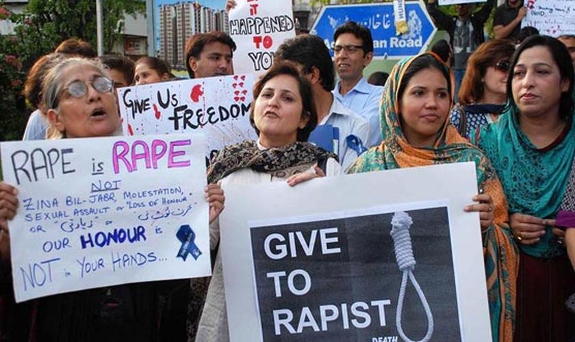 Mulheres protestam contra o estupro, no Paquistão. (Foto: Dunya)