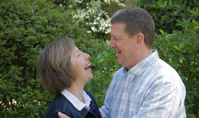Leslie e seu marido Lee Strobel têm uma história de fé e vitória sobre o divórcio. (Foto: Lee Strobel)