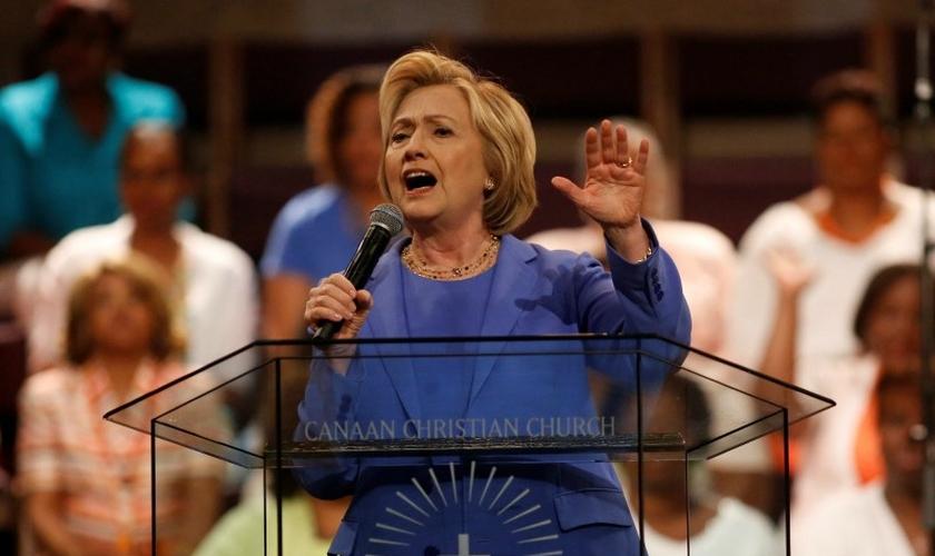 Hillary Clinton fala em púlpito de Igreja Metodista, em maio de 2016. (Foto: Reuters)