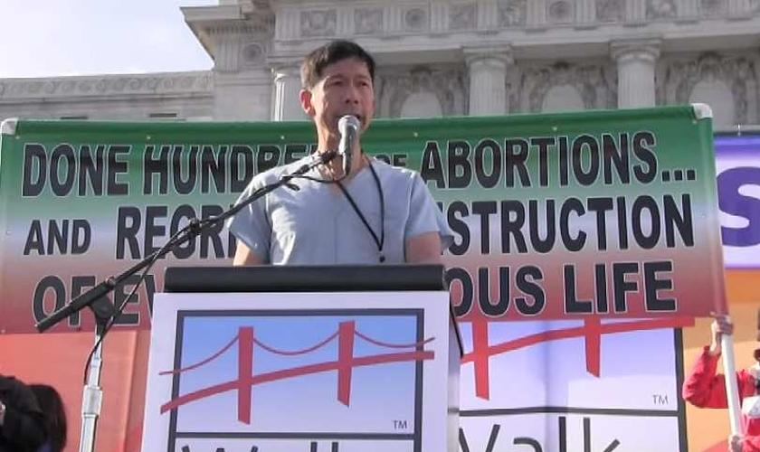 Vansen Wong é médico e atualmente, um militante contra o aborto. (Foto: LifeSiteNews)