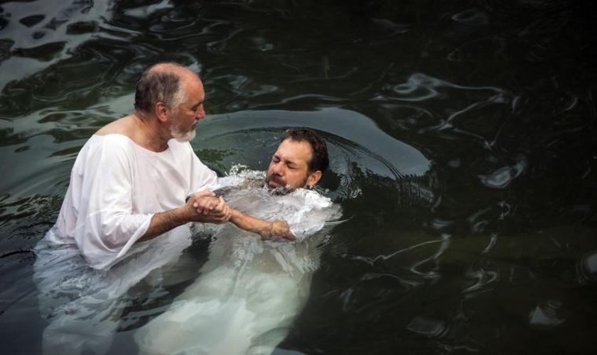 Cultos de batismo serão realizados dentro de poucos dias, em vários países. (Foto: Reuters)