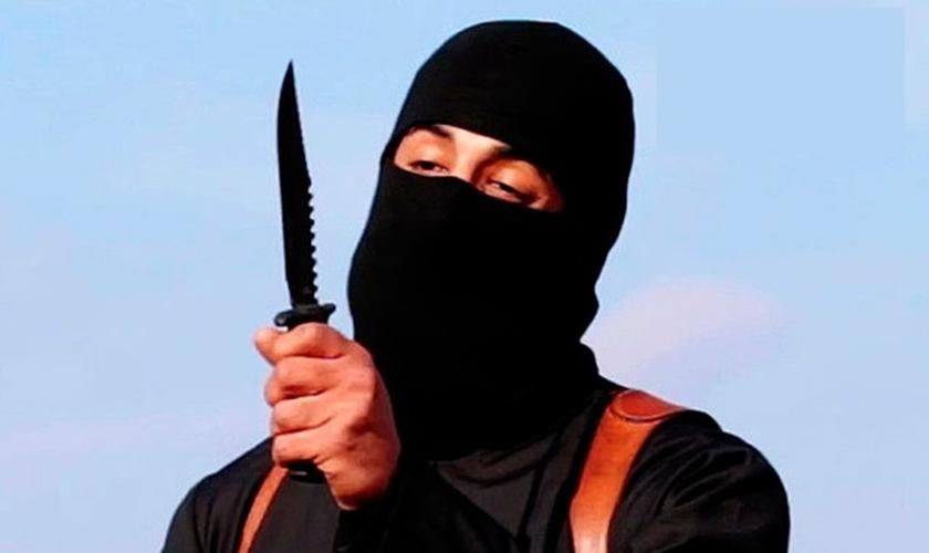 Terrorista do Estado Islâmico se prepara para decapitar vítima. (Imagem: Youtube)