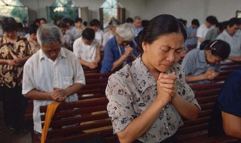 A China só permite expressões de fé dentro das igrejas que são sancionadas pelo governo. (Foto: Reuters).